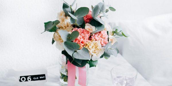 Se poartă aranjamente florale pentru botez tip silk flowers